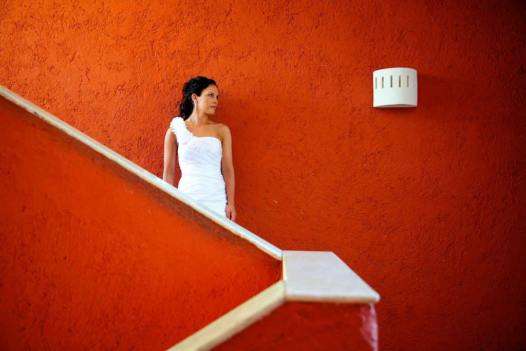 Destination wedding photographer | barcelo maya tropical | wedding photos | Bride in front of a red wall